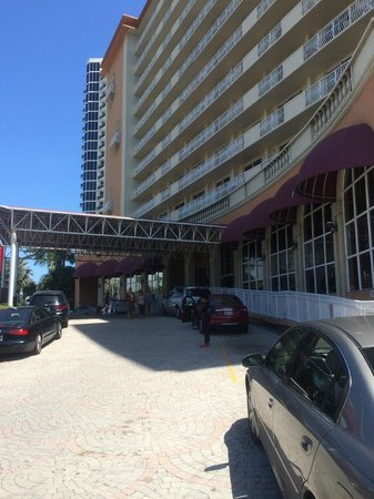 Ramada Plaza Marco Polo Beach Resort : Driveway in front of Ramada Plaza Marco Polo