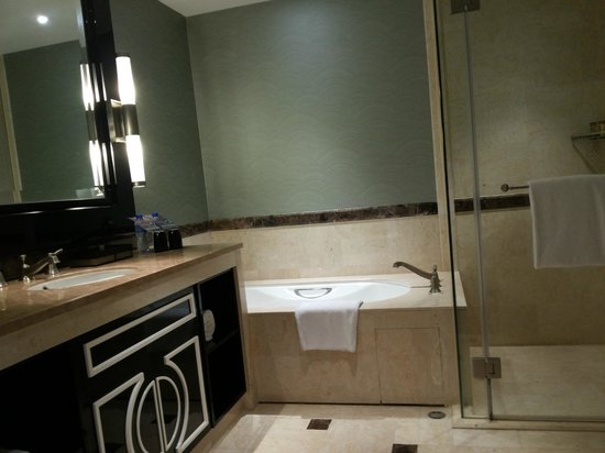 Sheraton Grand Macao Hotel, Cotai Central : thats 2/3rd of the bathroom ;)