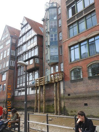 SANDEMANs NEW Europe - Hamburg: Dutch building at old harbour city