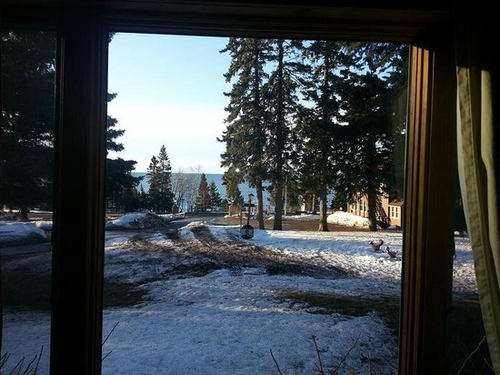 Cascade Lodge : Sitting in bed, looking out the window, seeing Lake Superior!