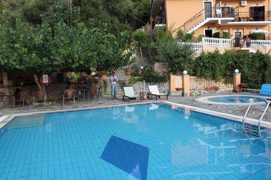 Dina's Paradise Hotel & Apartments: Pool