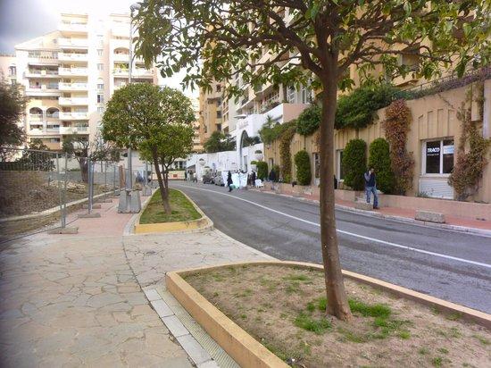 Columbus Monte-Carlo: strikers and builders