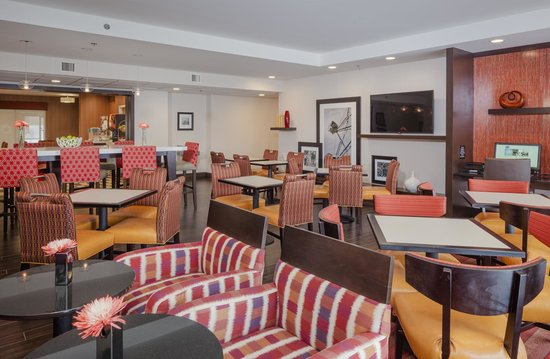 Hampton Inn Madison East Towne Mall Area: Breakfast seating area