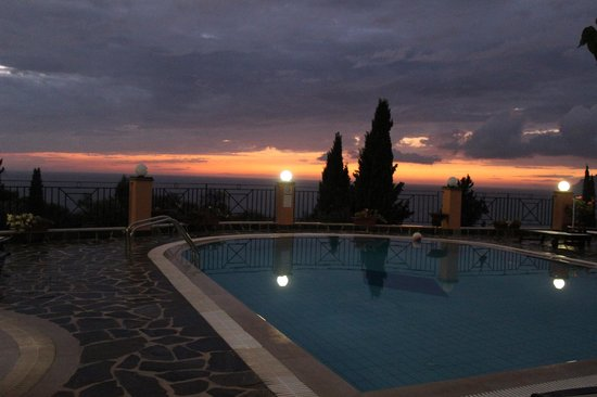 Dina's Paradise Hotel & Apartments: Catch a sunset!