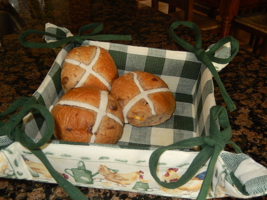 Moor View Bed and Breakfast: Hot Cross buns, yummy.