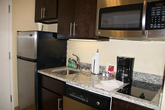 TownePlace Suites Bowling Green : Kitchen area