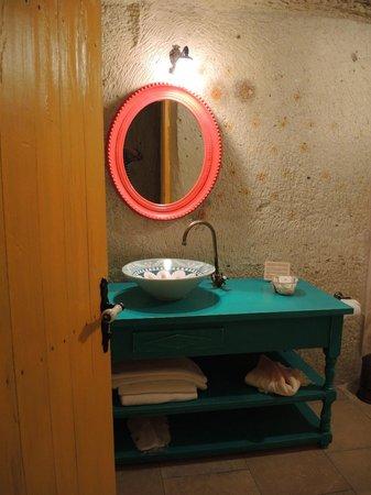 Hezen Cave Hotel : washroom