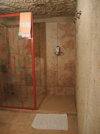 Hezen Cave Hotel: shower
