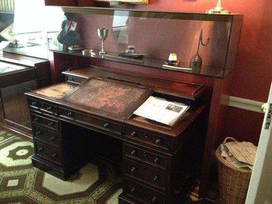 Charles Dickens Museum: Dickens original writing desk.