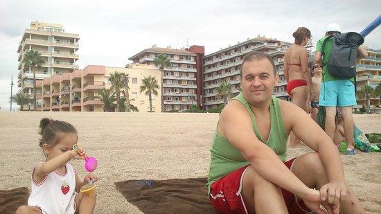 Aparthotel Acuasol: Vista del hotel desde la playa