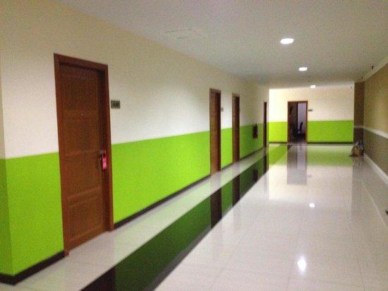 Metro Resort Pratunam: 客室の外 エアコンはきいていなかった