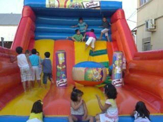 bar deportivo: Terraza interior con parque infantil