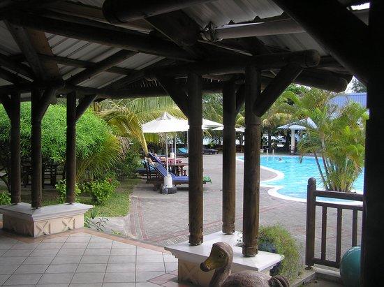 Blue Lagoon Beach Hotel: Du salon à la piscine