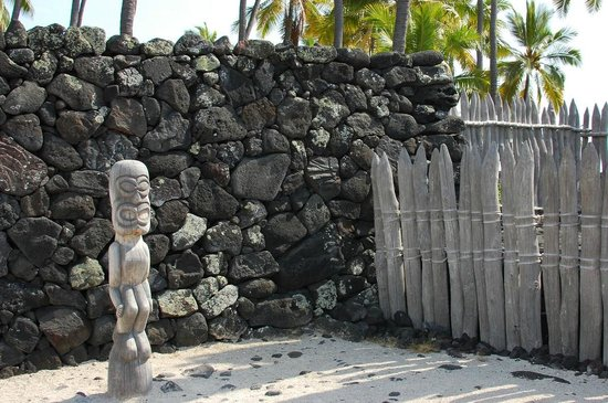 Pu'uhonua O Honaunau National Historical Park: View of the stone wall around The Puuhonua
