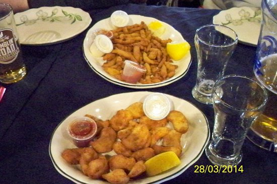 Erie Beach Hotel Terrace Room Lounge: Pickerel Cheeks (bottom) & clam strips (top)