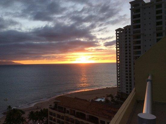 Bellamar Ocean Front Suites: sunset