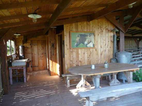 Parc Animalier de Sainte-Croix : sanitaires de la yourte en retrait