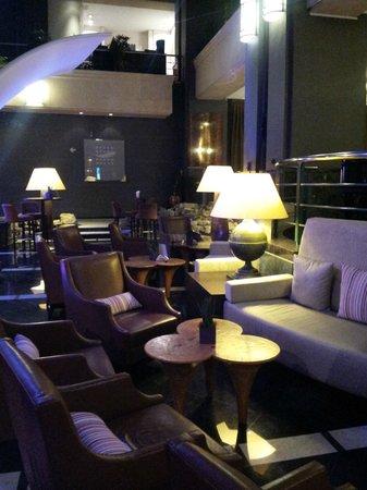Radisson Blu Royal Hotel, Brussels: Salon de détente à côté de l'accueil