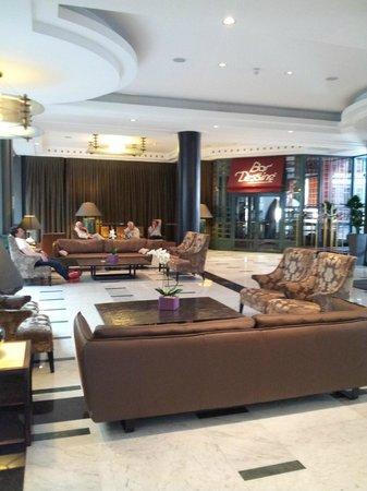 Radisson Blu Royal Hotel, Brussels: Coin détente dans le hall d'entrée