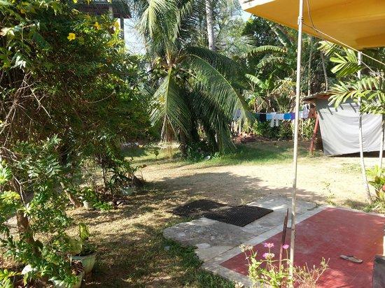 Ananda Home Stay: Back garden
