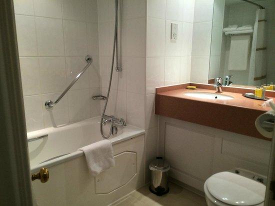 Dalmahoy Hotel & Country Club: En-suite bathroom.