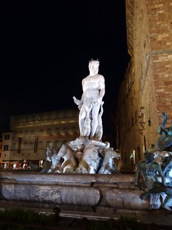 Galerie des Offices : Statues at night