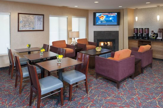 Sonesta ES Suites Minneapolis - St. Paul Airport: Hotel lobby/seating area