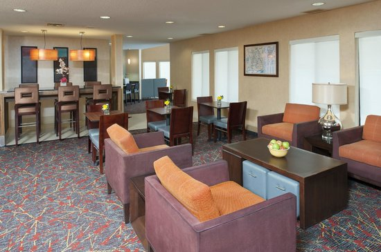 Sonesta ES Suites Minneapolis - St. Paul Airport: Our lobby offers ample space for breakfast and evening receptions