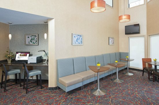 Sonesta ES Suites Minneapolis - St. Paul Airport: Extra lobby seating space makes for a great meeting place.