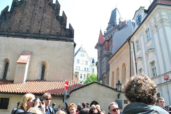 Discover Prague Tours : The group and the Old-New Sinagogue at Jewish Quarter