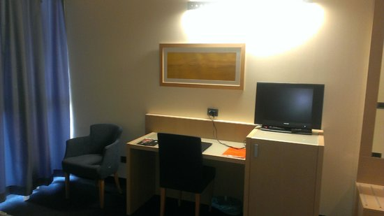 Concordia Hotel: Рабочий стол с ТВ