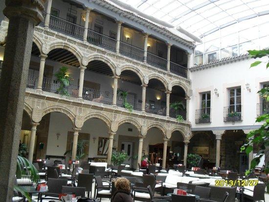 Palacio de los Velada: Patio renacentista se utiliza como comedor y cafeteria