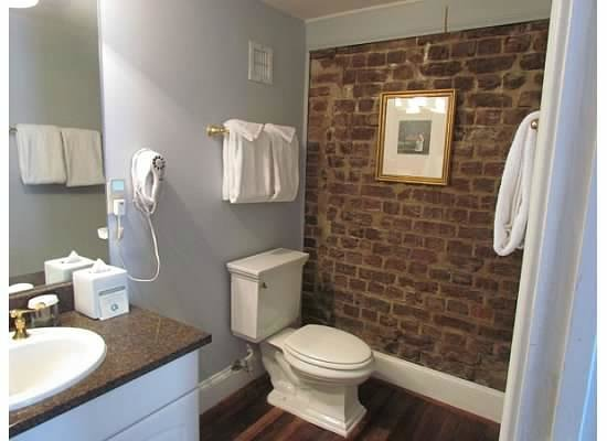 The Vendue Charleston's Art Hotel: bathroom room 250