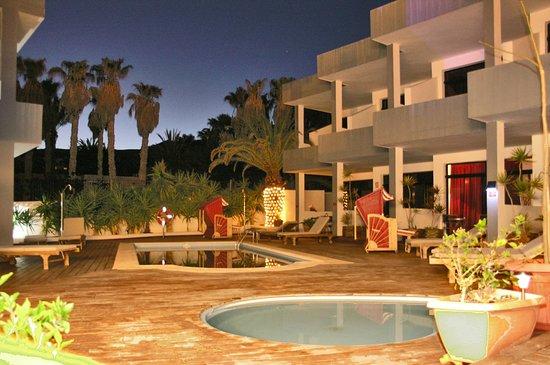 Hotel Ocean World Aquamarin: Poolbereich und eine Zimmerseite