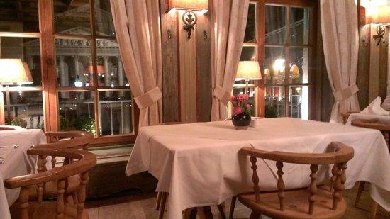 Spatenhaus: Столики у окна
