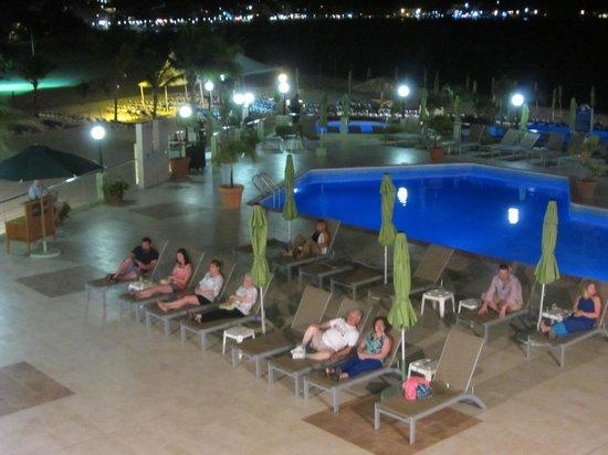Sonesta Great Bay Beach Resort, Casino & Spa : Guests watching nightly entertainment - not much socializing