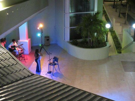 Sonesta Great Bay Beach Resort, Casino & Spa : Evening live entertainment tucked away in the corner