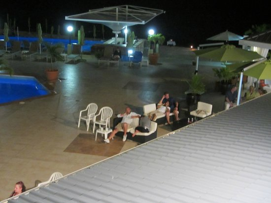 Sonesta Great Bay Beach Resort, Casino & Spa: Guests watching nightly entertainment - not much interaction