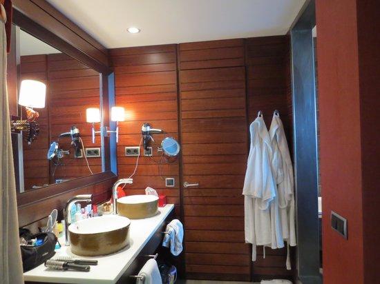 Sheraton Gran Canaria Salobre Golf Resort: Waschbeckenbereich mit abgetrennter Toilette. Rechts gehts in die Riesendusche..