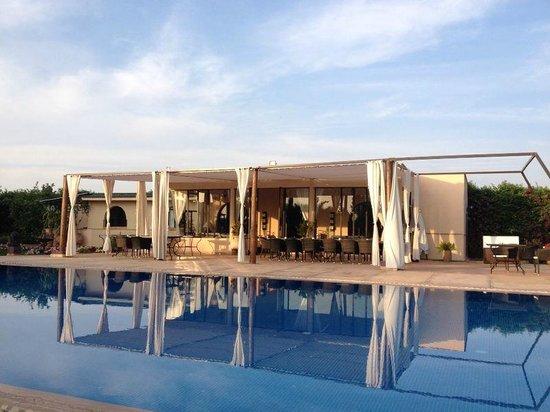 La Villa des Golfs: Piscine et restaurant. Chill-out zone.