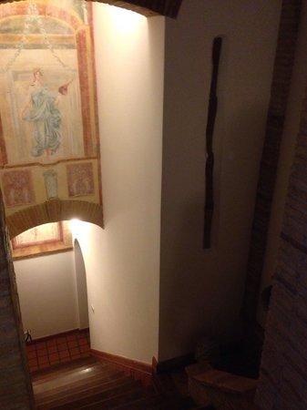 I Capocci: Scala affrescata, dall'ingresso al piano terra (dove si trova anche camera Giunone) porta giù in
