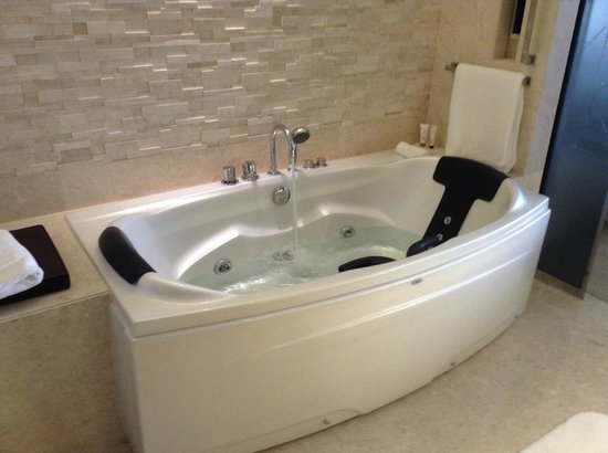 Le Meridien Dubai Hotel & Conference Centre : Great soaking tub!