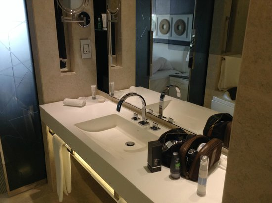 Le Meridien Dubai Hotel & Conference Centre : Bathroom