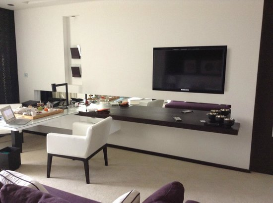 Le Meridien Dubai Hotel & Conference Centre : TV and work station
