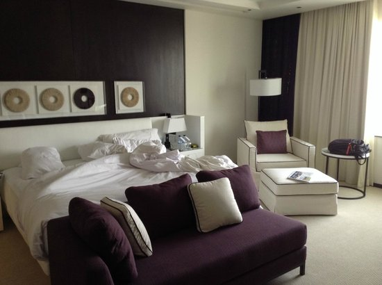 Le Meridien Dubai Hotel & Conference Centre: Nice bed (opps messy!)