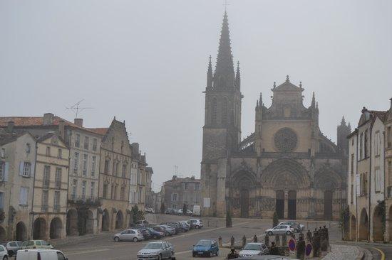 La Jolie Farandole : bazas,grand place et cathédrale