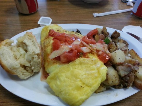 Charlie's Cafe: Southwest omelet with homefries