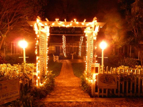 Cottages by the Ocean: Entrance to Cottages at night