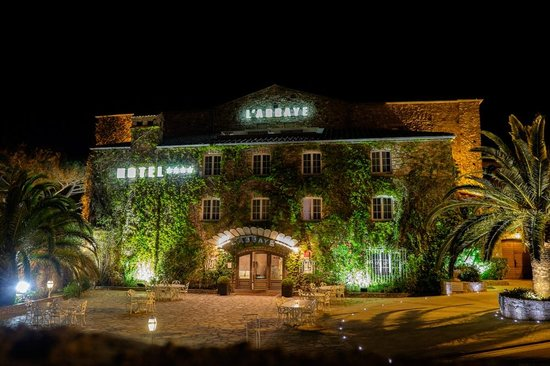 Hostellerie de l'Abbaye : The hotel at night