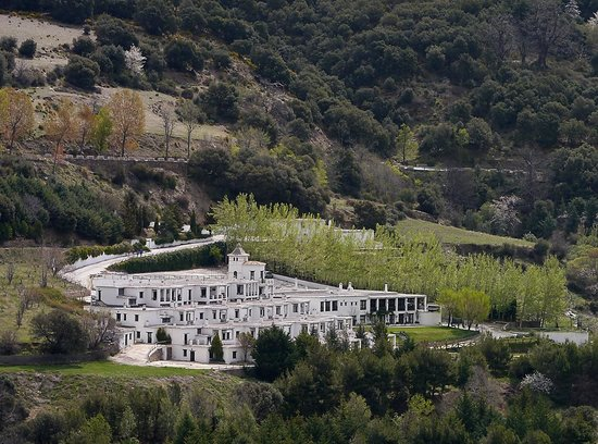 Alcazaba de Busquistar: VISTA DEL HOTEL DESDE EL OTRO LADO DEL BARRANCO 9 KM.